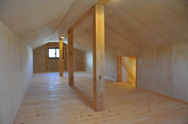 小屋裏の収納スペース