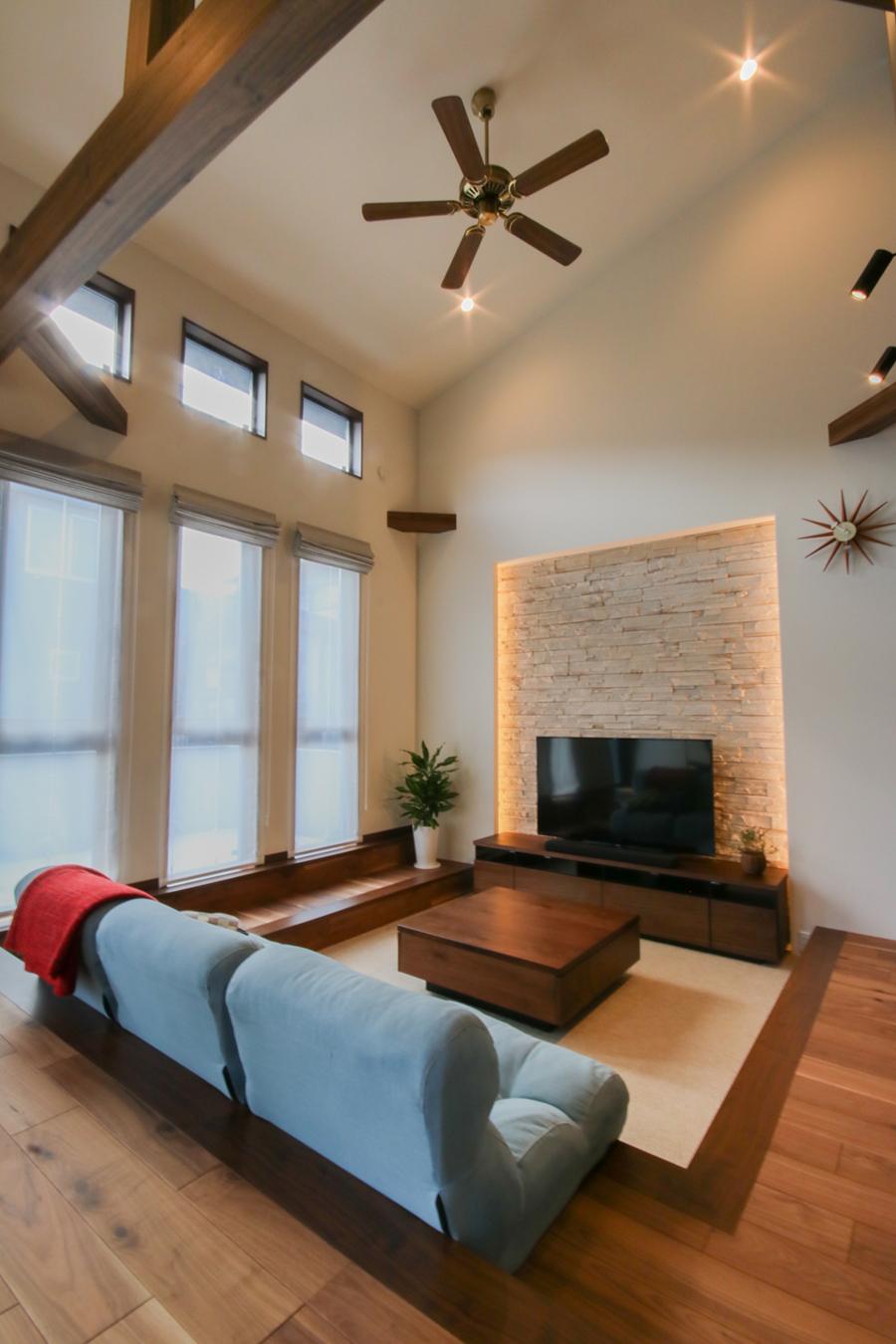 勾配天井と吹き抜けの開放感のあるリビング