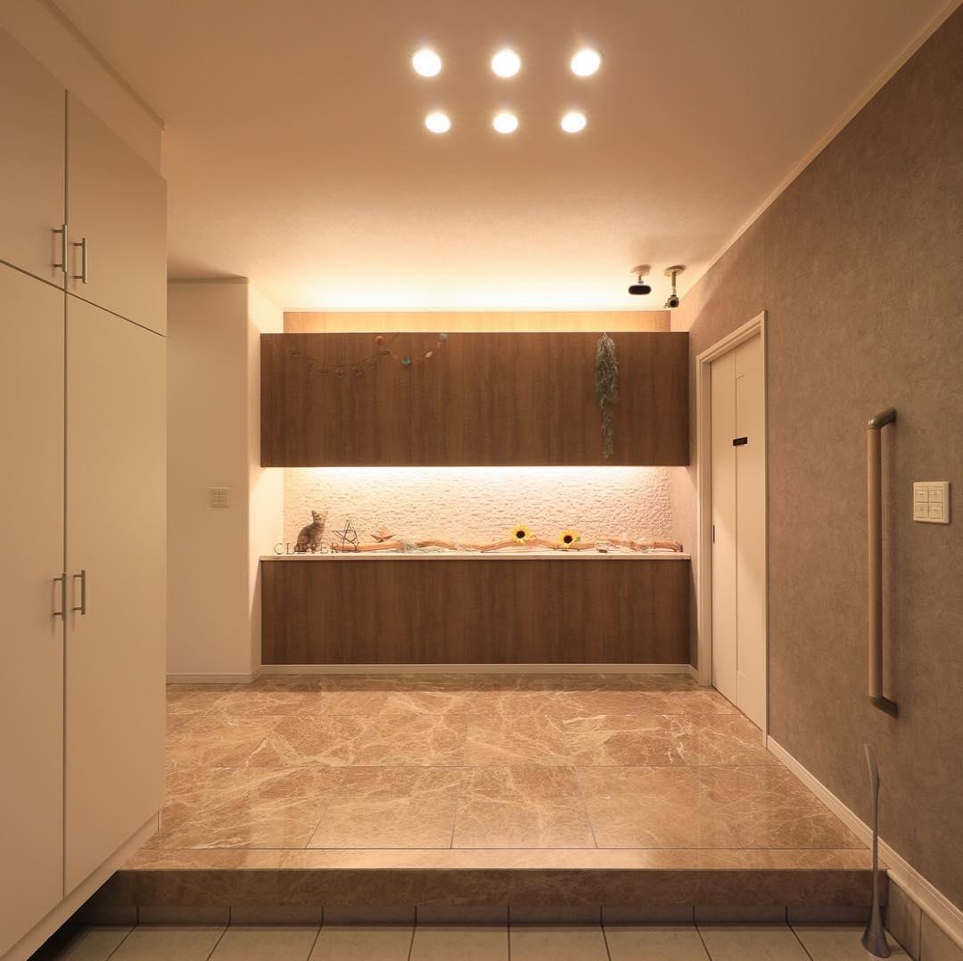 間接照明とダウンライトのある玄関ホール