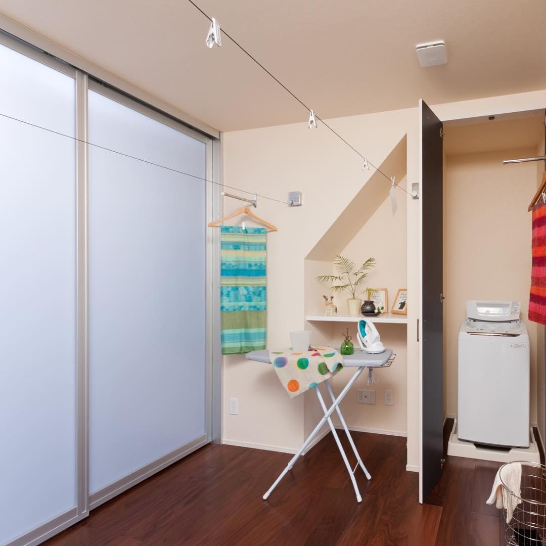 アイロンスペース、室内干しワイヤーのあるランドリールーム