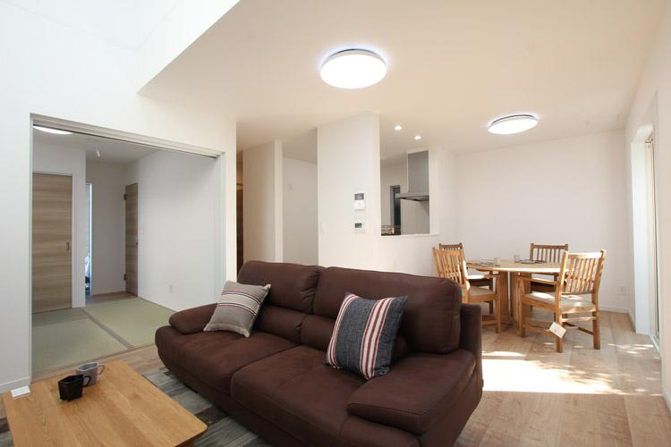 間仕切りのない畳スペースは部屋を広く見せます