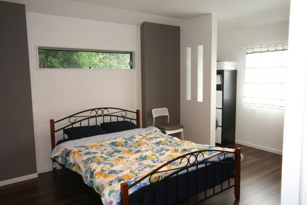 落ち着きのある配色の寝室