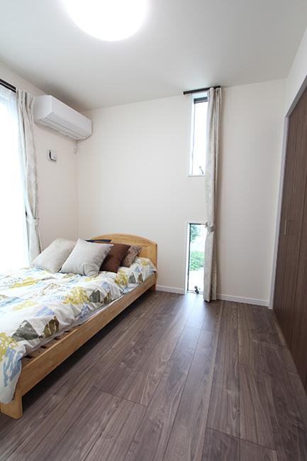勾配天井で縦の広がりがある2階寝室