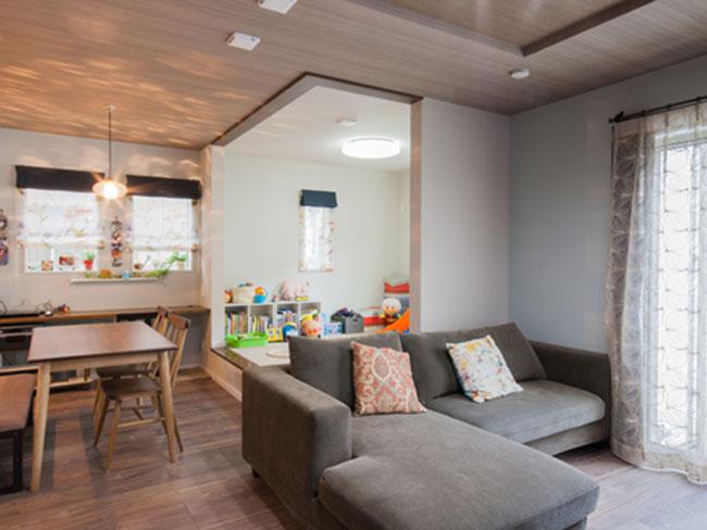 天井と床を同じ色味に揃えた内装デザイン